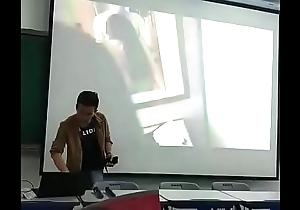老師上課誤放性愛片