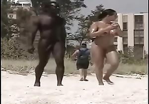 Flagra: Neg&atilde_o de rol&atilde_o duro loco pra comer a mina na praia de nudismo