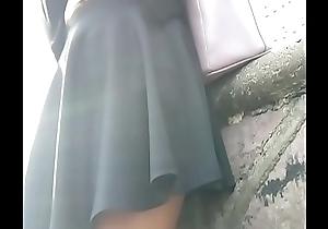 Estudiante hermosa en falda besom piernas exitantes