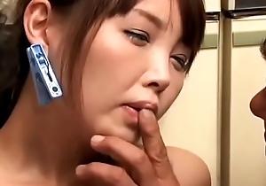 Ama de casa japonesa follada por los amigos del marido (Completo: bit.ly/2DdT9PL)