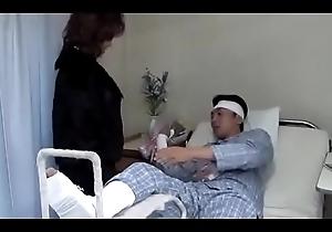 Puta japonesa esposa follada con el m&eacute_dico del marido (Completo: shortina.com/srhAYVPa)