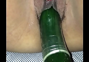 Mi esposa golosa metiendose un pepino y masturbandose con un vibrador antes de cojer