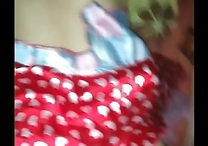 Mi t&iacute_a me modela su disfraz de halloween para el trabajo y termin&oacute_ follandola y hasta pide que ya le de su lechita
