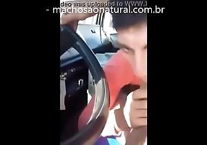 Mamando caminhoneiro enquanto ele dirige - machosaonatural.com.br