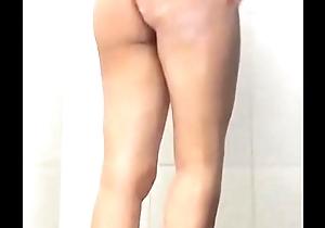Novinha se amostrando itsy-bitsy banho
