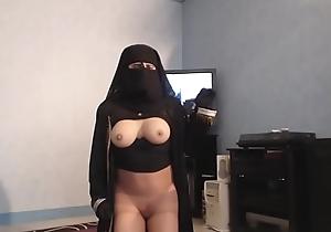 musulmane voil&eacute_e danse seins nus