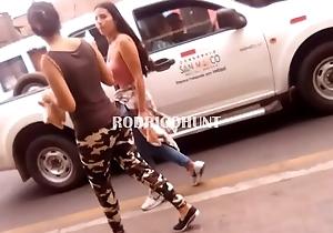 204655 Venezolana vendiendo en la calle