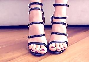 Rebecca Hot mostra i suoi piedini spot of bother i tacchi