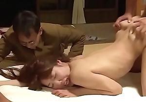 &eacute_pouse japonaise forc&eacute_e devant son mari par 4 mecs (full: shortina.com/qh33T)