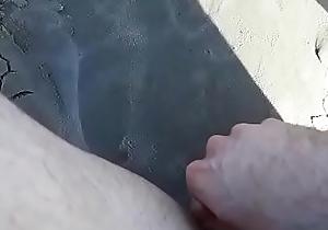 Pissing on beach (mijando na praia)