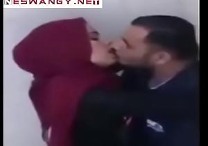 مزة تونسية تدلع صديقها