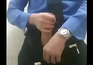 Se masturba un guardia
