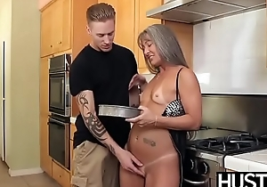 Mature slut Leilani swallows cock onwards kitchen dicking