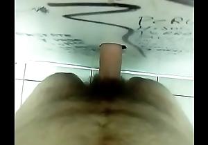 Macho socando pelo buraco itsy-bitsy wc
