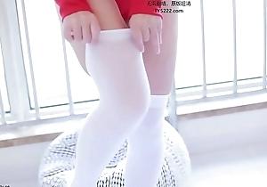 网红妹子杏仁红色运动服自慰呻吟小萝莉